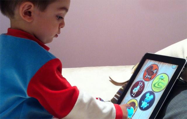 Mi hijo con un año y medio haciendo puzzles